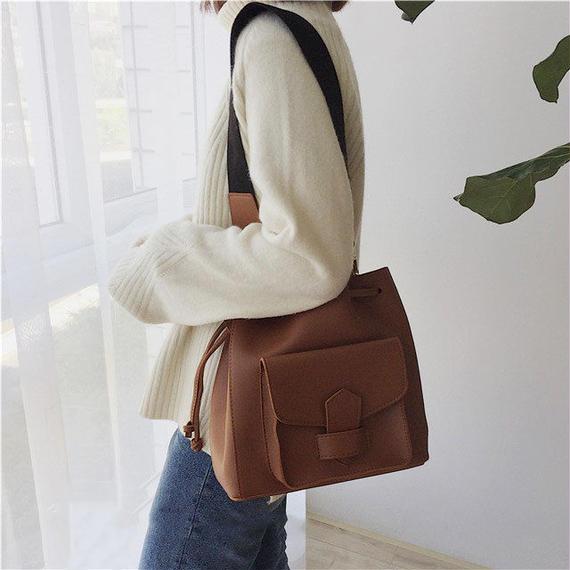 bag2-02302 フェイクレザー アウトポケット巾着型ショルダーバッグ