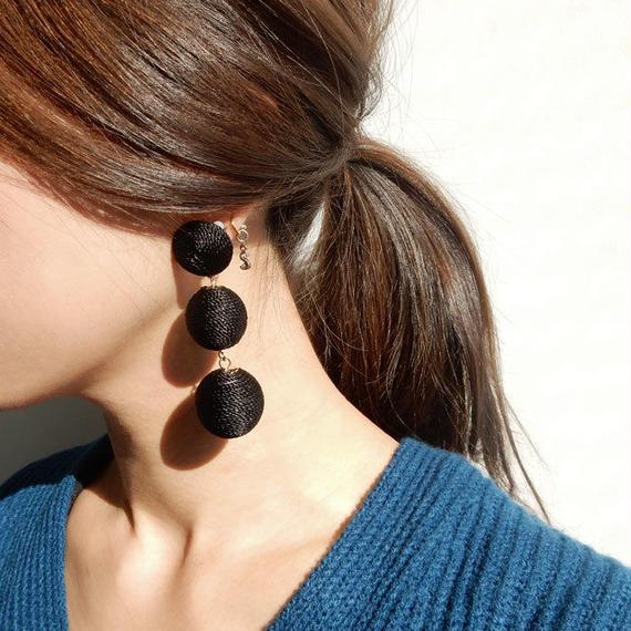 earrings-02245 ブラック3玉 ラップコードボンボンイヤリング or ピアス ☆WA04