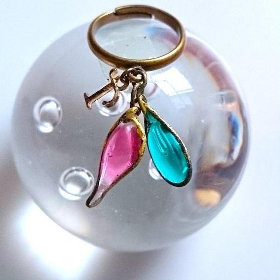 手作りガラスのリング(ローズピンク・ピーコックグリーン、イニシャルT)