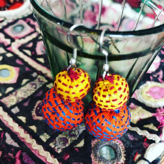 刺し子のふたつまんまるピアス orange&yellow