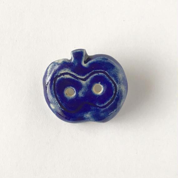 陶器ブローチ・りんご/blue