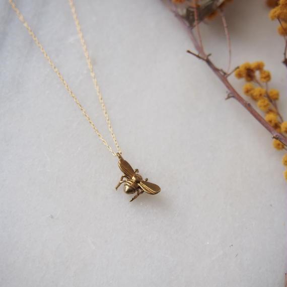 bee necklaca