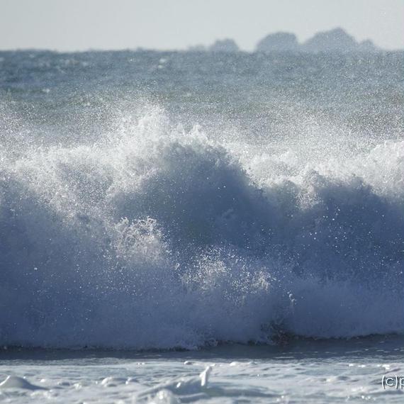春先のしぶきを上げて荒れる海、きれいな飛沫、多々戸浜[商用利用OK]