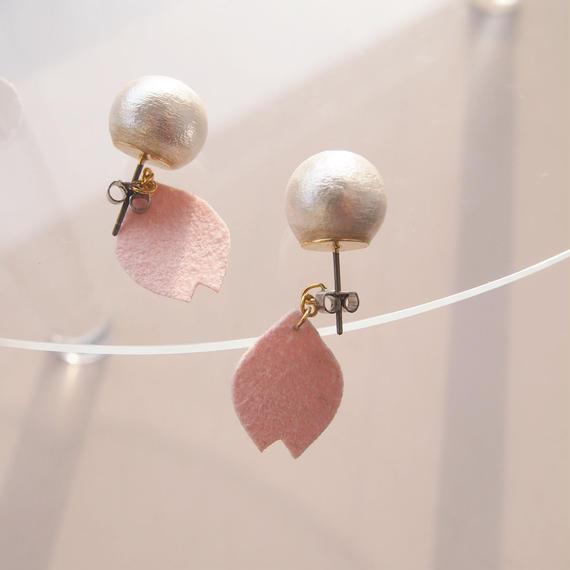 桜の花びら揺れるピアス(受注製作)