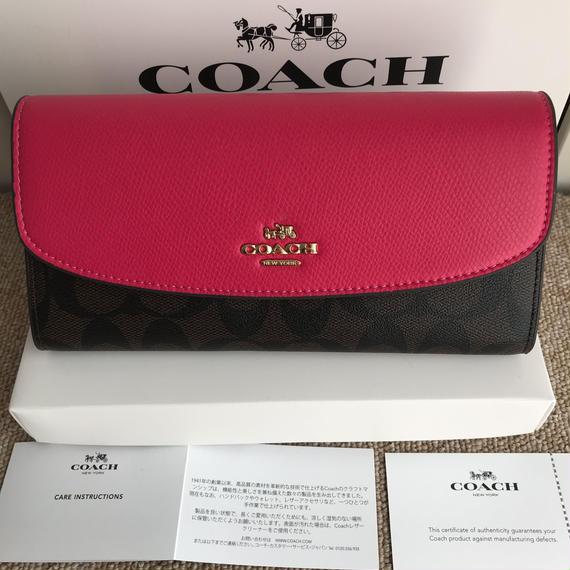 コーチシグネチャーと上品なレザー配色がエレガント長財布ピンク