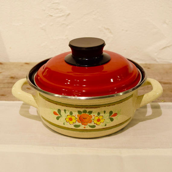チェコ おばあちゃんが持ってるような花柄の小さな鍋