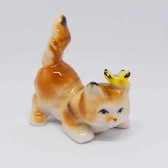 蝶々をのっけた茶トラの猫さん