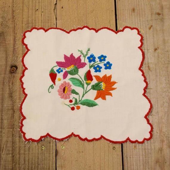 ハンガリー カロチャ刺繍 クロス 横から見た花