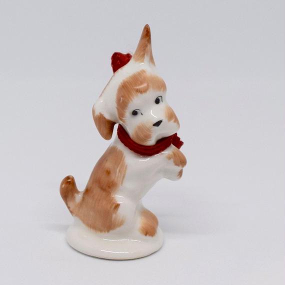 ハンガリー 赤いリボンのテリア犬 フィギュリン