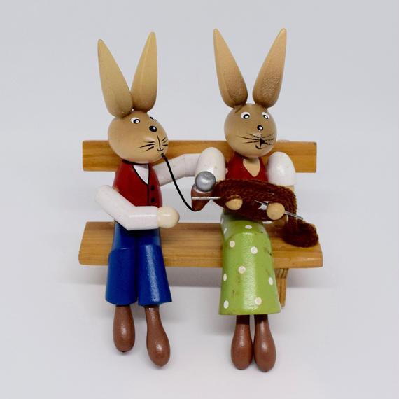 ドイツ ベンチに座るウサギのカップル 木の置物