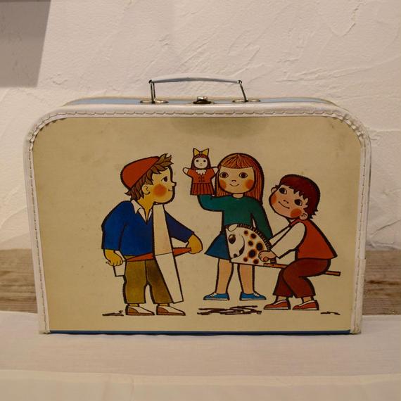 KAZET社 紙製のトランクケース おもちゃで遊ぶ子どもたち