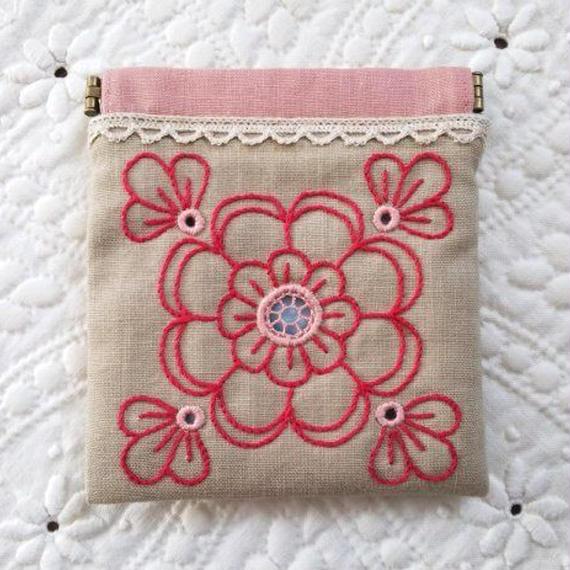 ヘデボ刺繍のお花のバネポーチ(ベージュ)