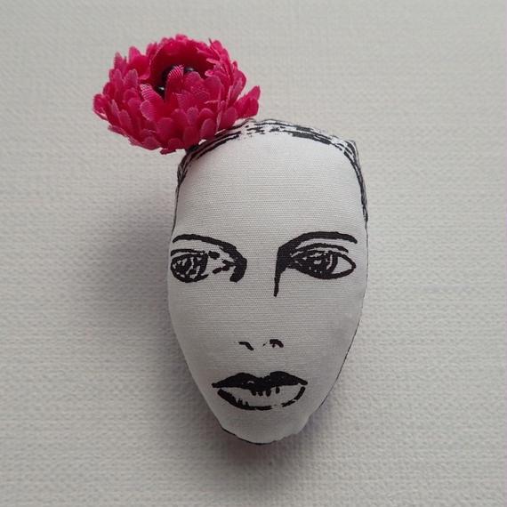 花飾りの女 ブローチ