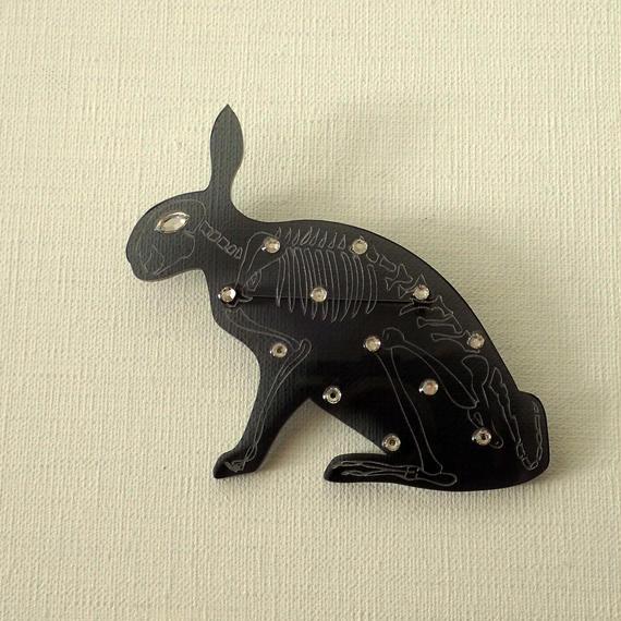 ウサギの骨格ブローチ ブラック