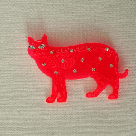 ネコの骨格ブローチ レッド