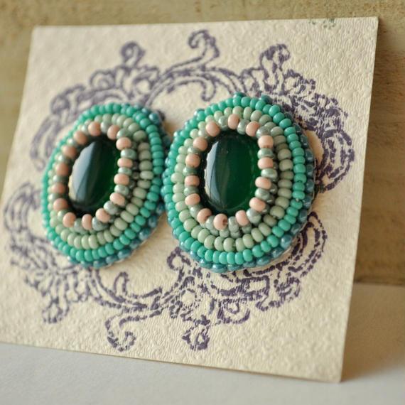 ビーズ刺繍ポストピアス-グリーンオニキス-