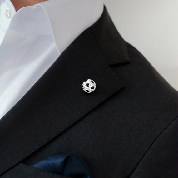 Mint&Silkサッカーパパ&ママたちに大人気!スーツに合う スワロフスキー サッカーボールのユニセックス・ピンブローチ