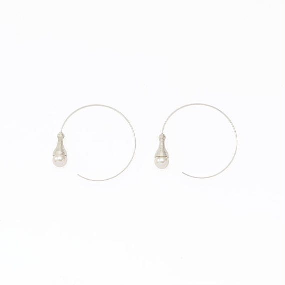 Screw pearl hoop pierce