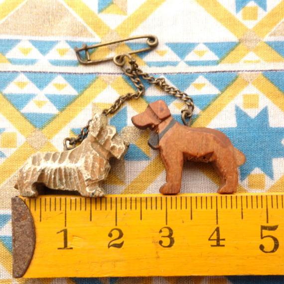 2匹の木彫りの犬のブローチ