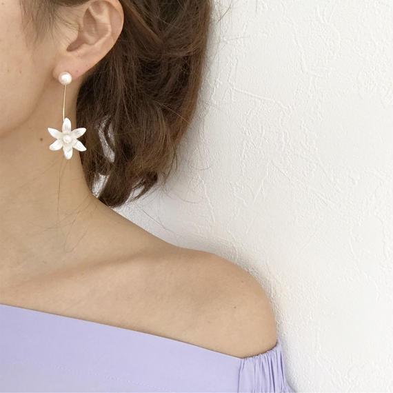 ホワイトflowerアーチピアス