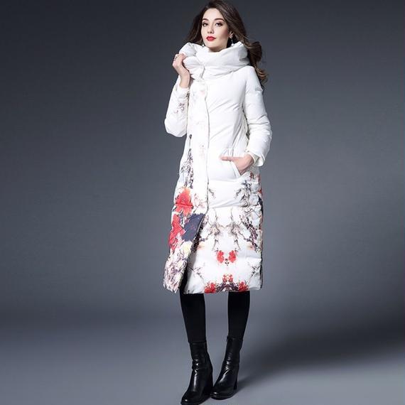 ☆花柄 上品な純白のレディースロングダウンコートきれいめホワイト仕様 フードつき 大きいサイズもご用意しております。