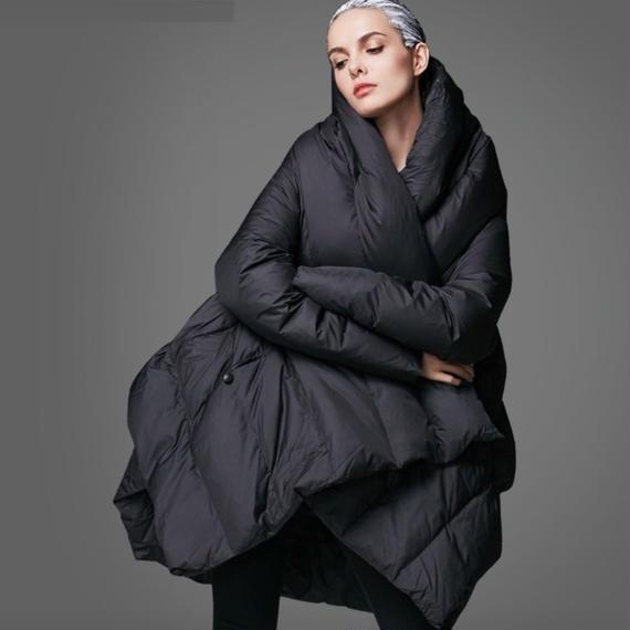 ☆上品な漆黒のレディースロングダウンコートきれいめブラック仕様 フードつき 大きいサイズもご用意しております。