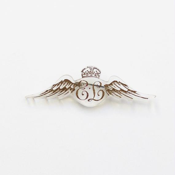 翼と王冠のブローチ