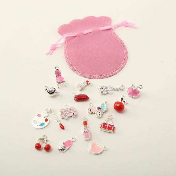 可愛いピンクのエナメルのチャーム 15個セット(約15から29mm) ピンクの巾着付き (B022)