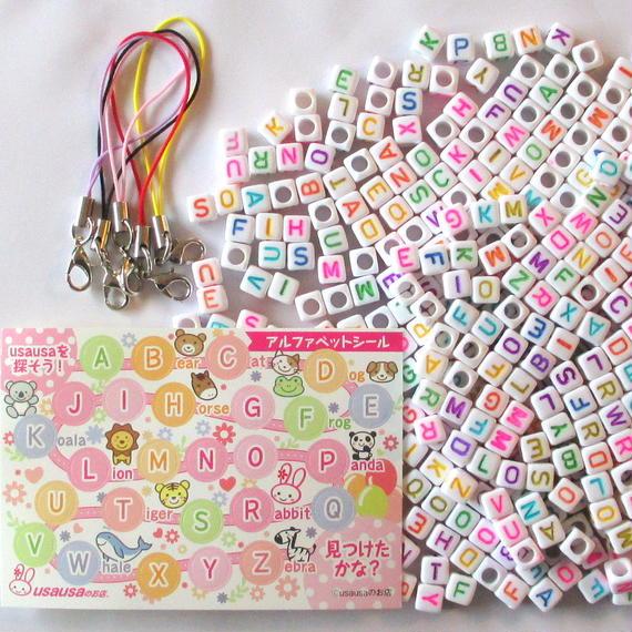 usausaのお店 カラフル文字のキューブ形アルファベットビーズ500個(6mm)と、カニカン付き携帯ストラップ用紐5本と、【usausaを探そう!】アルファベットシールのセット(B405)