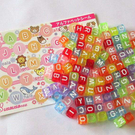 usausaのお店 カラフルスケルトンのキューブ形アルファベットビーズ 100個(6mm)と、【usausaを探そう!】アルファベットシールのセット/ローマ字/知育玩具(B092)