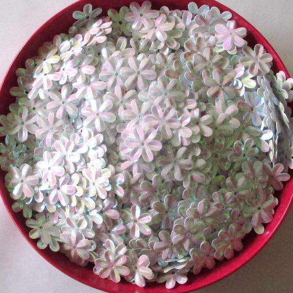 花の形のスパンコール ホワイト(白)AB カラー 800枚セット(約15×14mm) (B290)