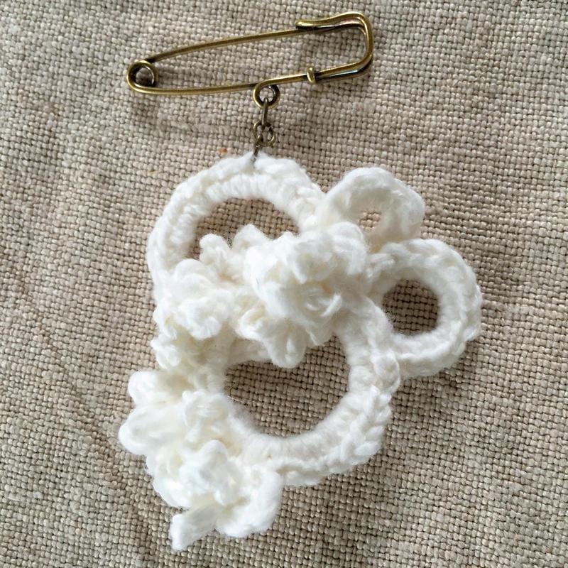 ガラ紡糸のブローチサークル オフホワイト