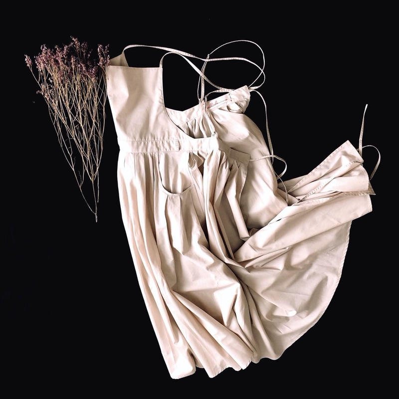 tuck-pleats apron dress / pink