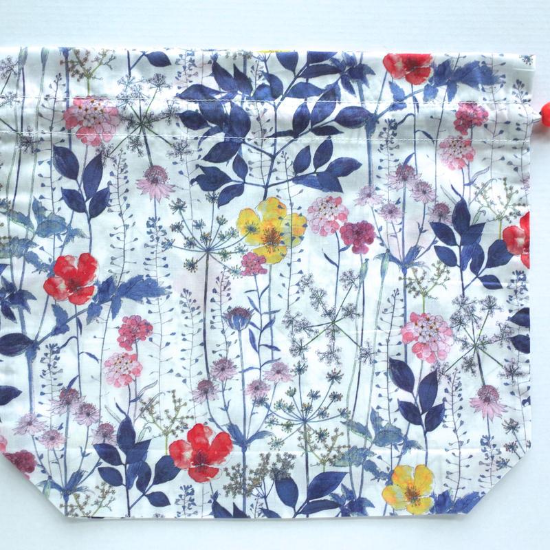 リバティトラベル巾着・イルマ(70%縮小サイズ柄)・ホワイトネイビー
