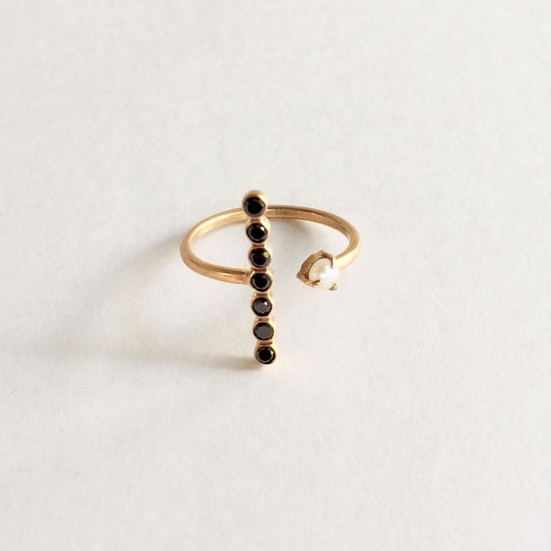 The crux ring/ Black zircon, pearl