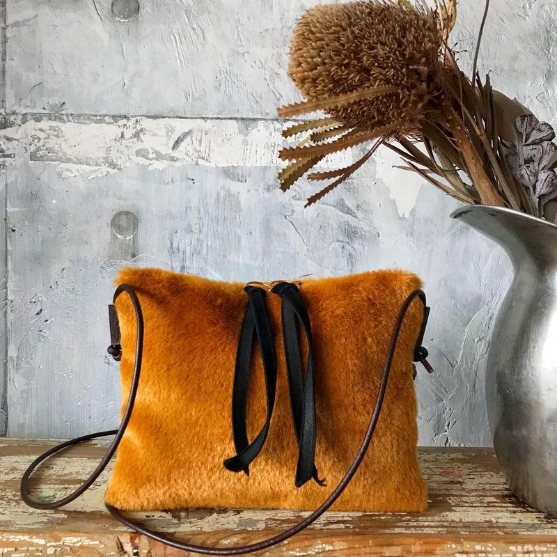 fur  shoulder  pochette (golden)