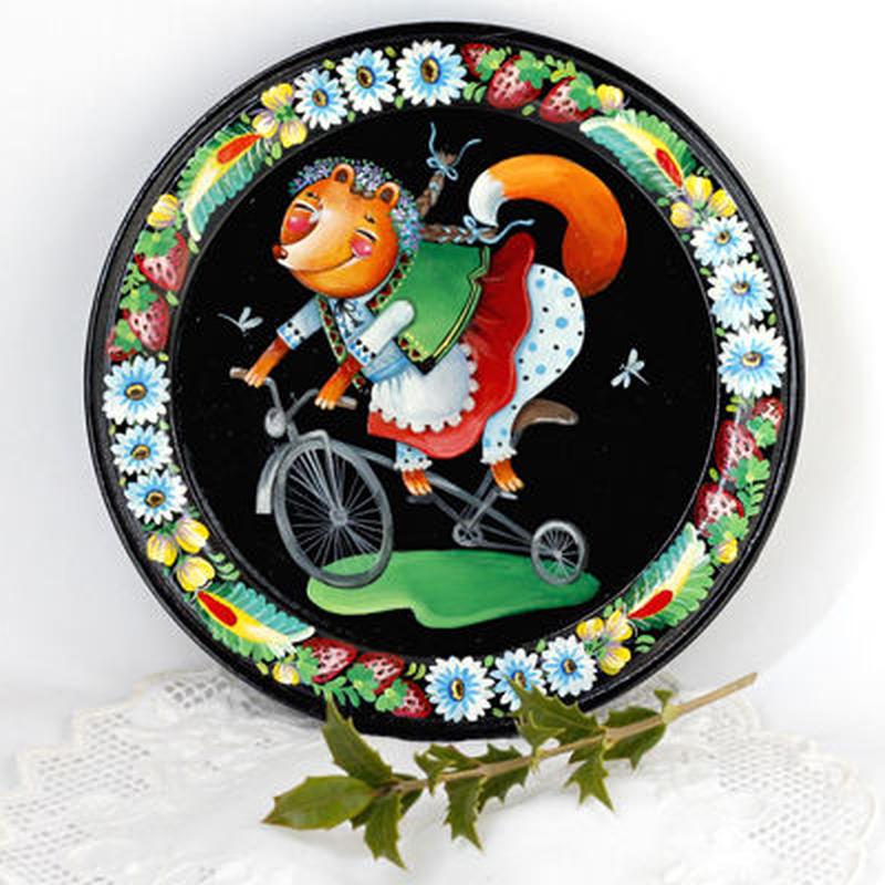 【ウクライナ雑貨】飾り皿・自転車に 乗るキツネの女の子 P11