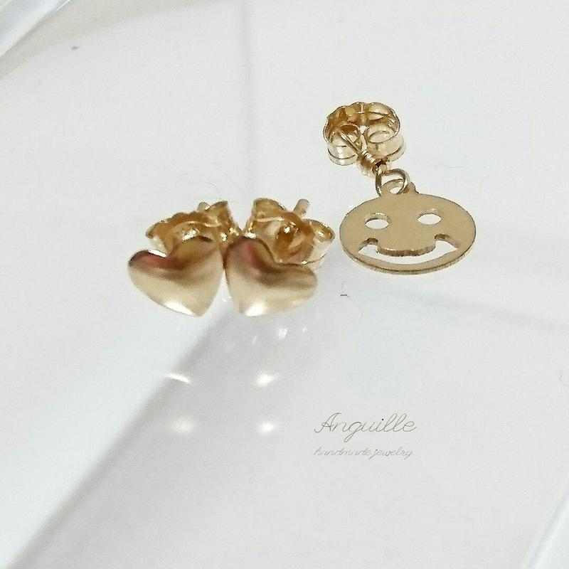 14kgf*Heart Shape Stud Earrings (with Smile Charm)*
