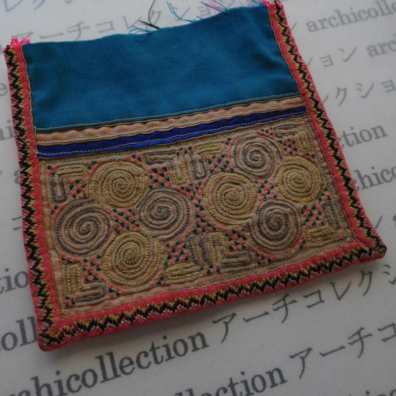 モン族の襟飾り no.67  13.5x13 cm  Hmong embroidery needlework はぎれ ラオス タイ