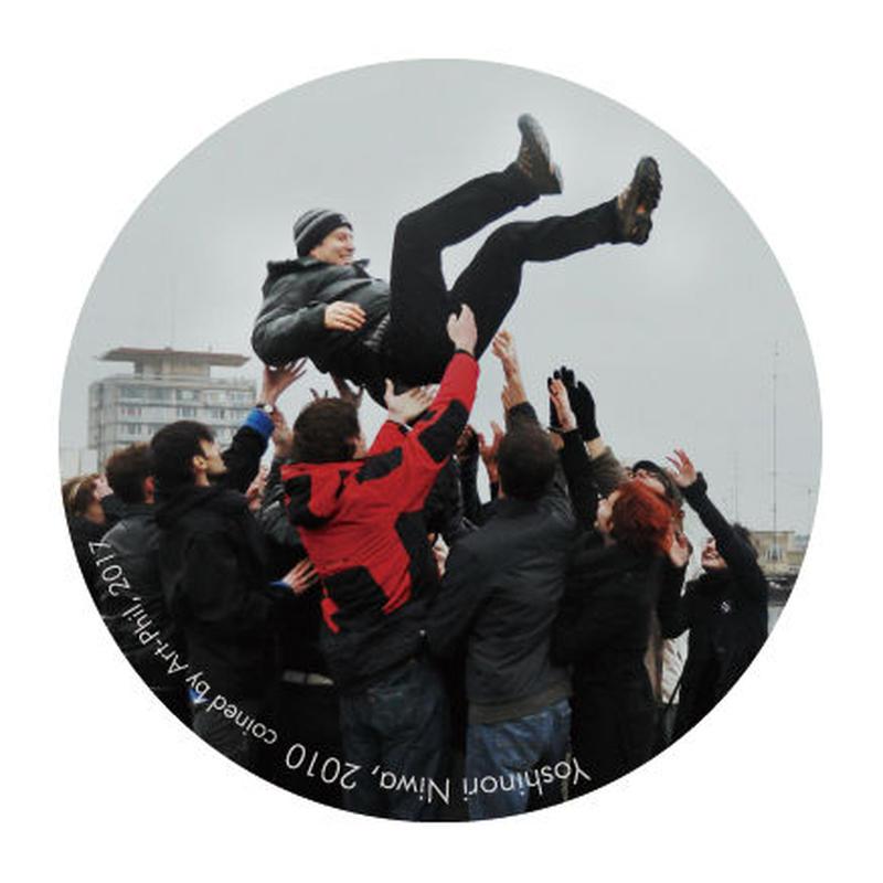 ルーマニアで社会主義者を胴上げする―丹羽良徳 特製バッジ S/Tossing Socialists in the Air in Romania-Yoshinori Niwa Special Badge