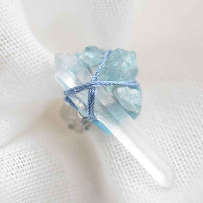 水晶と青い石の耳飾り「G」