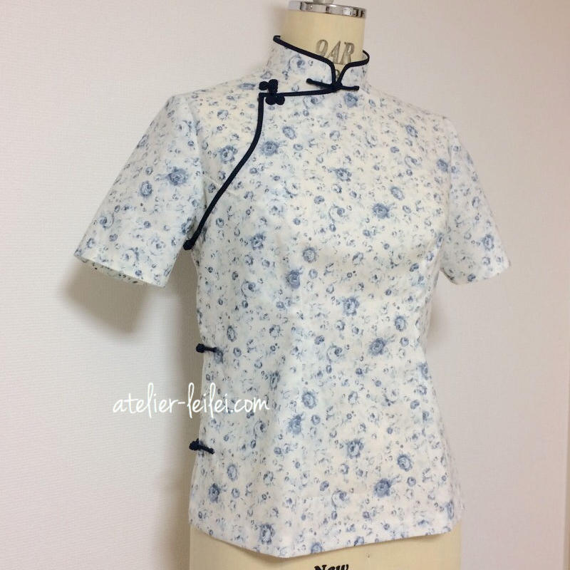 青い小花のチャイナ・ブラウス