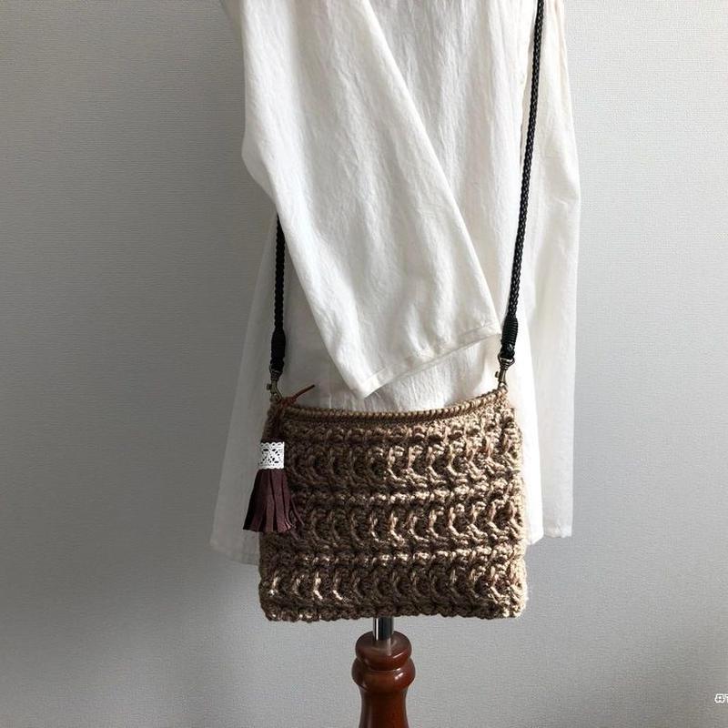 かぎ針編みで編む縄編み模様のクラッチバッグ