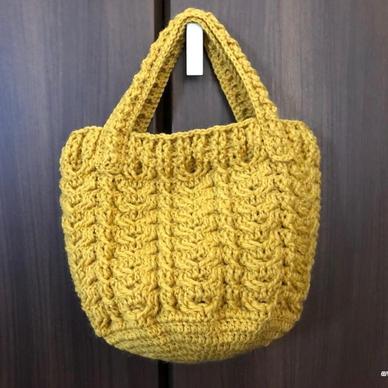 かぎ針編みで編むなわ編み模様のトートバッグ