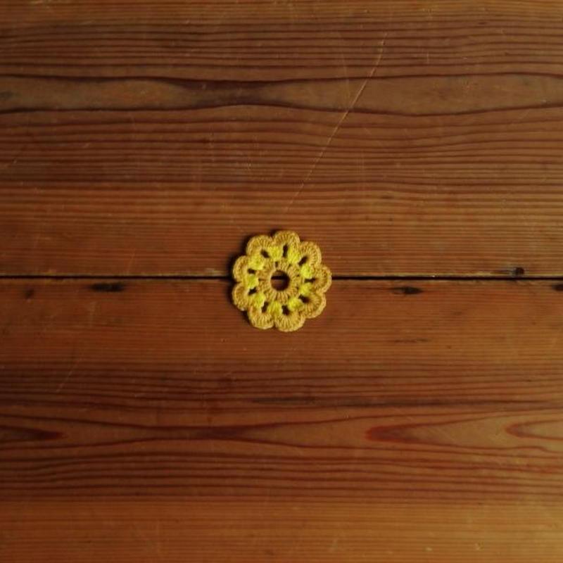 antiques 黄色い花型の小さなかぎ編み