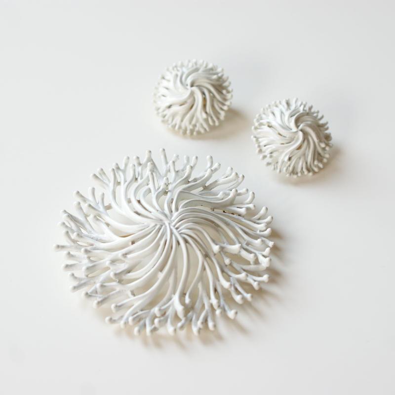 TRIFARIクラウントリファリ ホワイト エナメル 珊瑚サンゴ ブローチ&イヤリングセット / ヴィンテージ・コスチュームジュエリー