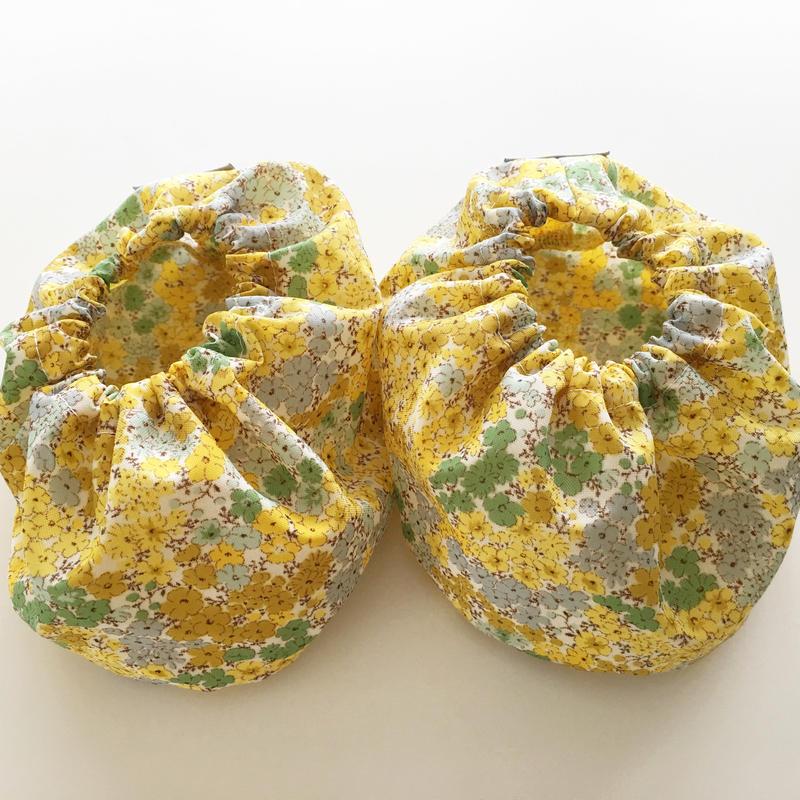 ママの洋服を汚さないシューズカバー黄色花柄