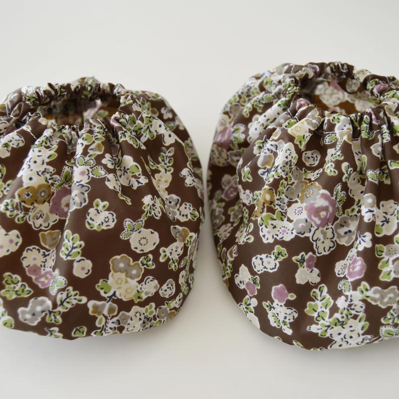 ママの洋服を汚さないシューズカバー茶色花柄