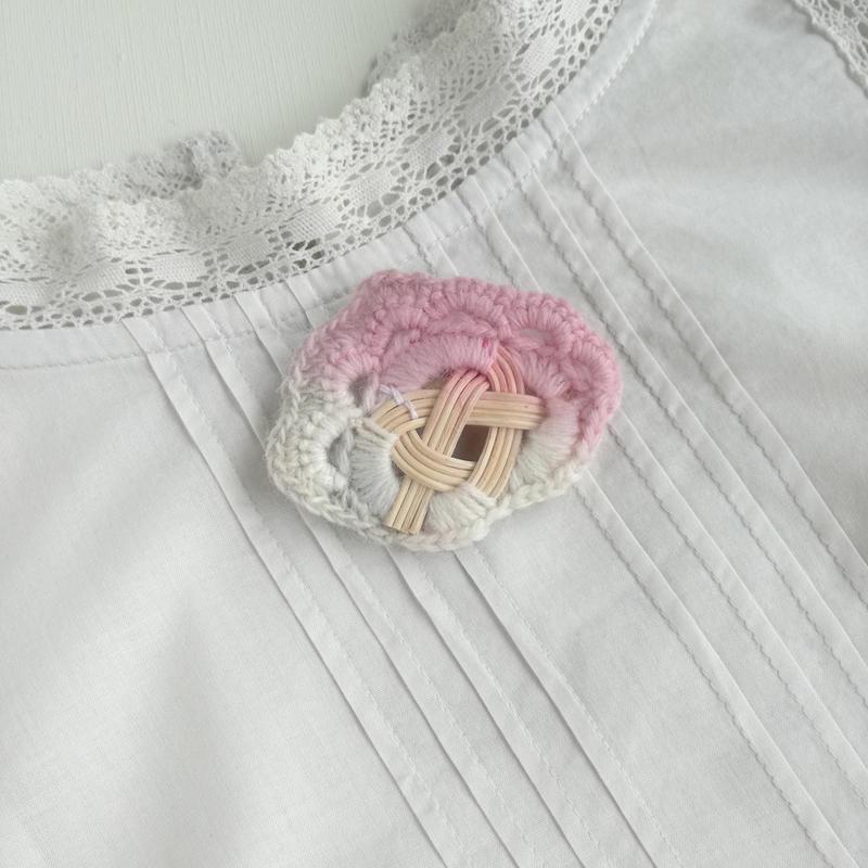 YOSHIKO カゴアクセサリー ブローチ ピンク+アイボリー 縁編みつき