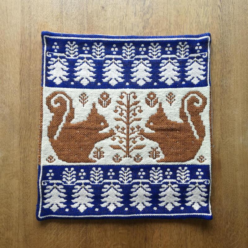 ヤノフ村の織物 クッションカバー 向かい合うリスと植物文様(40×44cm) #1272